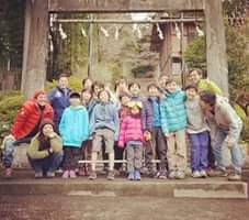 画像に含まれている可能性があるもの:17人、木、子供、屋外
