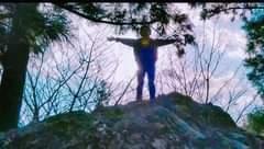 画像に含まれている可能性があるもの:1人以上、立っている人、木、空、屋外、自然